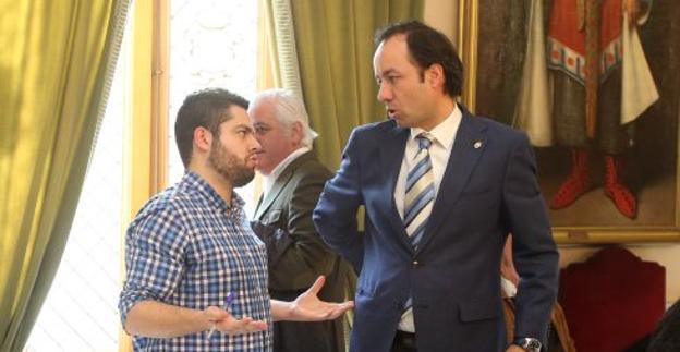 Rosón conversa con Eduardo Rodríguez, concejal del PP, momentos antes de un Pleno municipal.