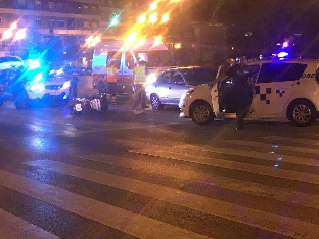 Accidente entre una moto de reparto y un coche