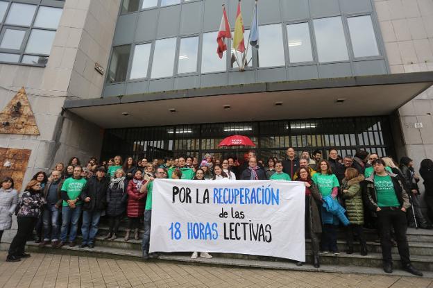 Profesores y alumnado de los institutos Vallín, Jovellanos y Jimena se concentran a las puertas de este último centro. / CITOULA