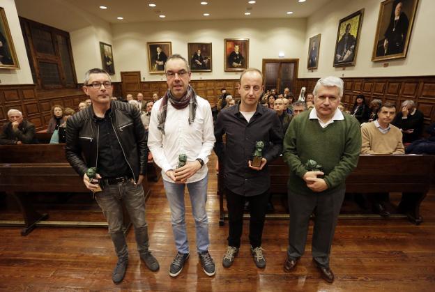 Xandru Fernández, Paco Álvarez, Elías Veiga y Lorenzo Arias Páramo, que recogió el premio de su hermano. /  PIÑA