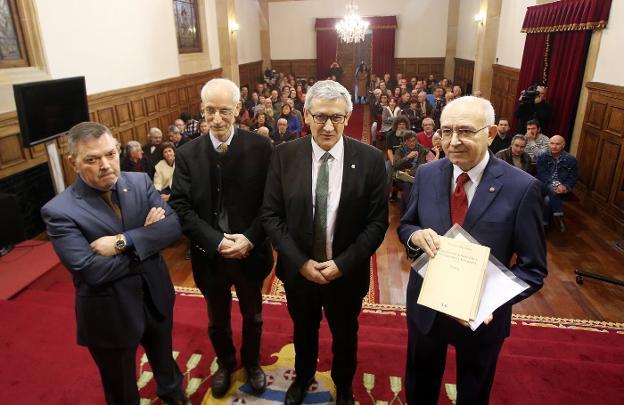 Xosé Antón González Riaño, Michael Metzeltin, Santiago García Granda y Xosé Lluis García Arias, con su libro./