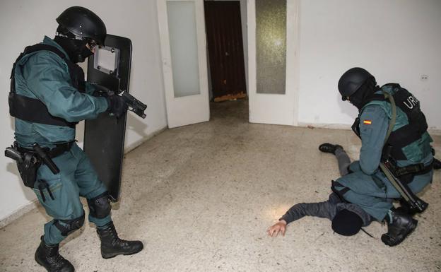 Los agentes practican una detención.