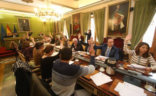 Los concejales de Oviedo, durante la sesión plenaria de este miércoles./Álex Piña
