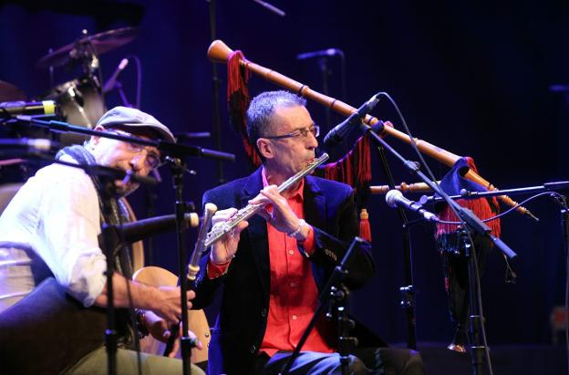 Xuacu Amieva a la flauta travesera al inicio del concierto. / ALEX PIÑA
