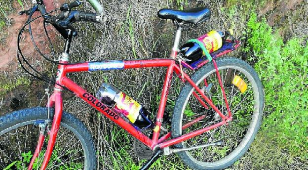 La bicicleta con las dos botellas de vino. / GUARDIA CIVIL