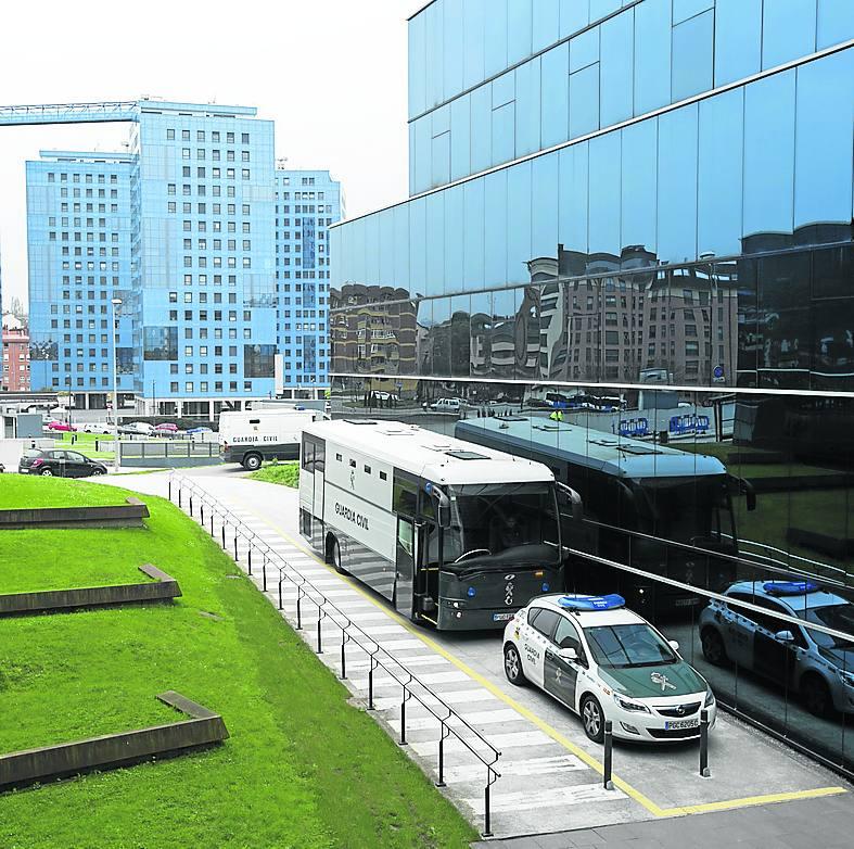 El autobús procedente de prisión, a las puertas del Hospital Central de Asturias (HUCA).