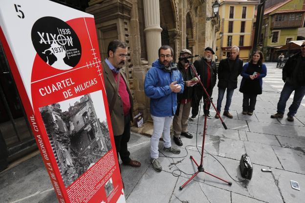 Intervención de Toño Huerta, flanqueado por Rafael Velasco y Jesús Montes Estrada, en la plaza del Marqués. / J. PETEIRO