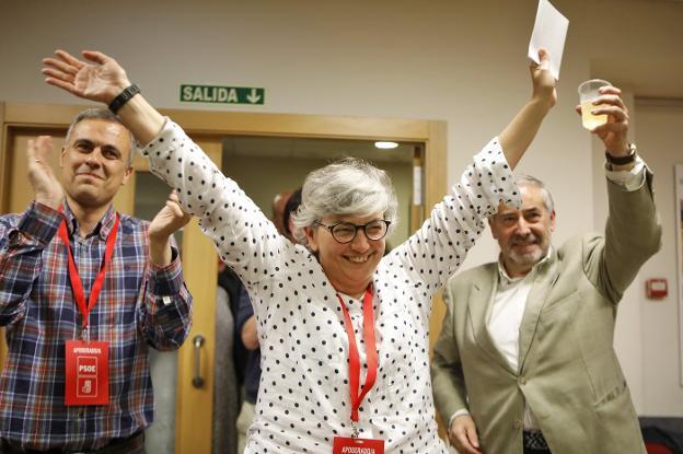 Ana González celebra su éxito acompañada por Iván Fernández Ardura y Fermín Solares./ARNALDO GARCÍA