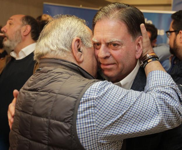 Alfredo Canteli, visiblemente emocionado, mientras saluda a un compañero. / MARIO ROJAS