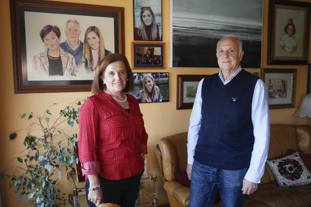 Charo Falcón y José Antonio López, con imágenes de su hija Sara, en su domicilio./DAMIÁN ARIENZA