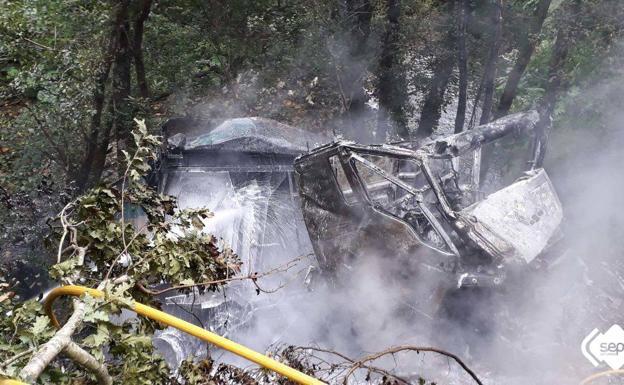 Resultado de imagen de Fallece un conductor tras despeñarse 25 metros y arder su camión en Villayón