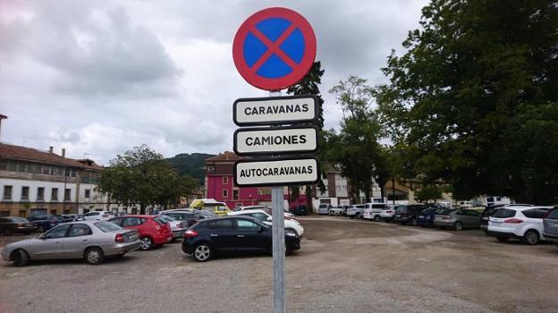 Señal instalada por el Ayuntamiento prohibiendo el estacionamiento de caravanas y camiones. / E. C.