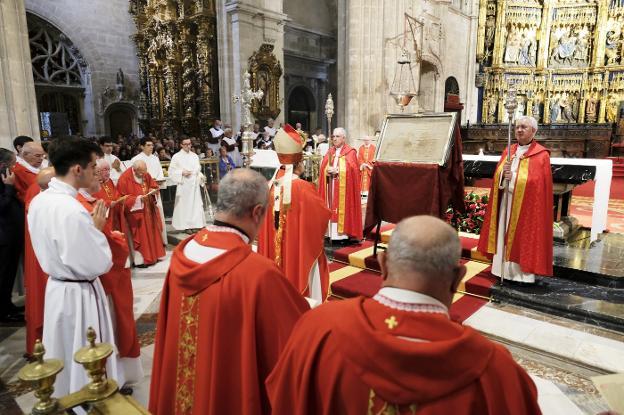 El arzobispo durante la bendición con el Santo Sudario. / J. LLACA