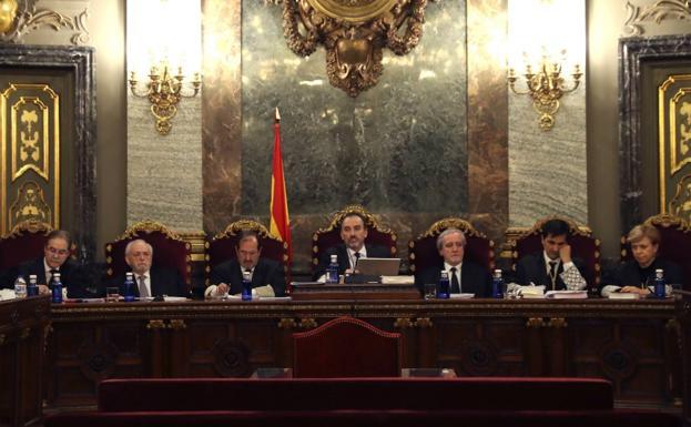 El magistrado Manuel Marchena (c) preside el tribunal de siete jueces, formado por Andrés Palomo (i), Luciano Varela (2i), Andrés Martínez Arrieta (3i), Juan Ramón Berdugo (3d) Antonio del Moral (2d) y Ana Ferrer (d)./EFE