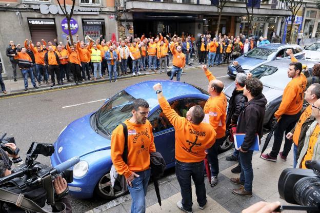 Los trabajadores de Vesuvius animan a los representantes de la plantilla instantes antes de entrar en el Sasec, en Oviedo. / JUAN LLACA