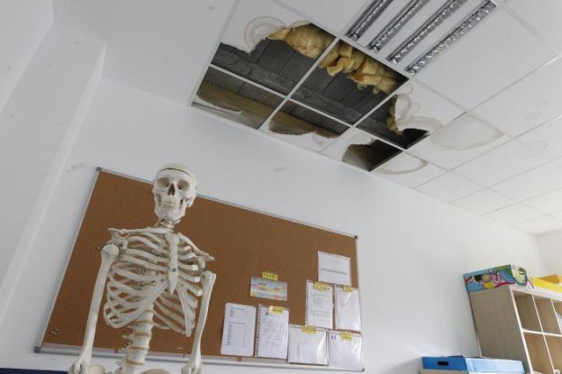 El techo de una de las aulas, desprendido por culpa de las humedades. / JOAQUÍN PAÑEDA