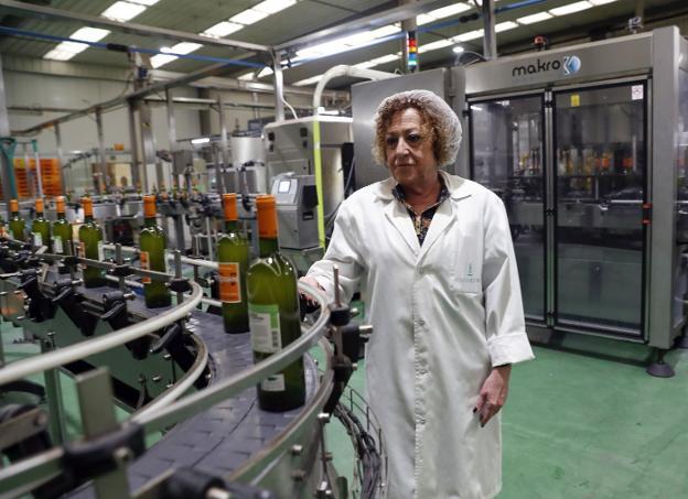 Consuelo Busto dice que se ha criado entre toneles y cajas de sidra. / DAMIÁN ARIENZA