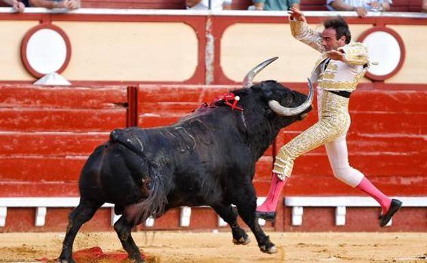 Ponce sufre una cogida en la plaza de El Puerto de Santa María con ...