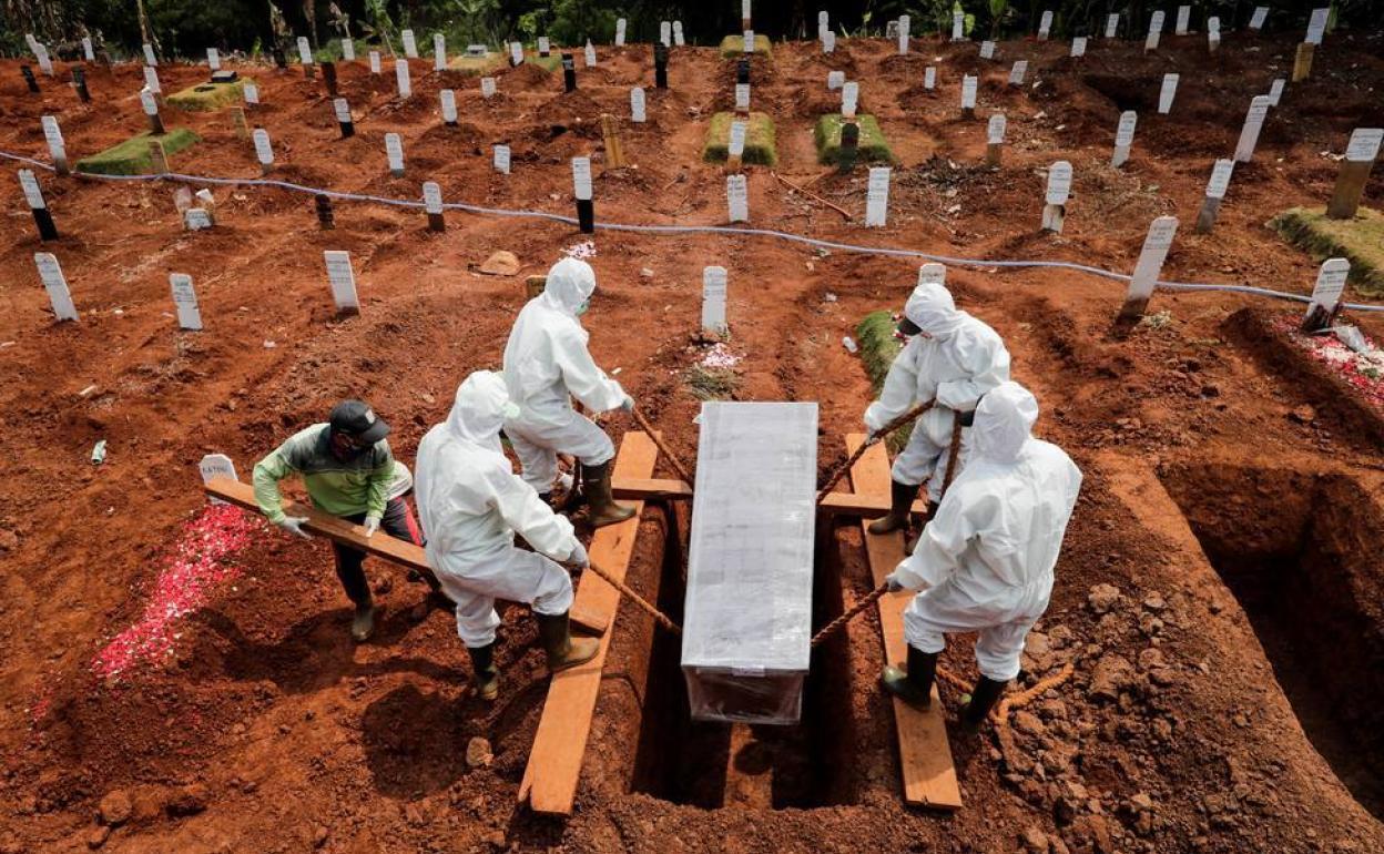 Indonesia condena a los que no lleven mascarilla a cavar tumbas para los  muertos por coronavirus | El Comercio