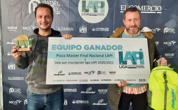 Segunda Masculina. El capitán del Podología Arnaiz, Pablo Menéndez, con el trofeo, y el patrocinador del equipo, Benjamín Arnaiz.