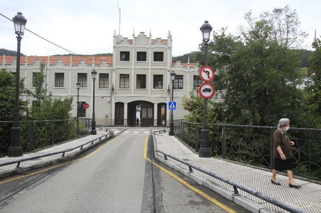 Fachada principal de la fábrica de armas de Trubia. / MARIO ROJAS