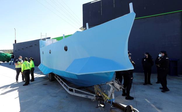 Una embarcación semisumergible para sortear a las autoridades | El Comercio