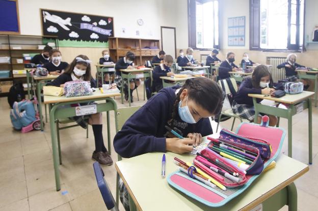 Alumnas del colegio la Asunción, de Gijón, en el aula.