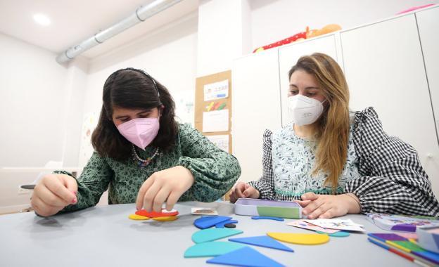 La paciente Sofía Barrero y maestra pedagógica Tania Lorences en una de las sesiones.