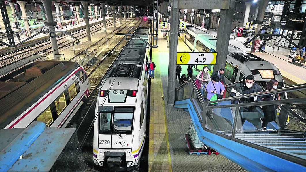 Oviedo. El tren, procedente de Colombres, llega a Oviedo, donde apenas se bajan pasajeros.