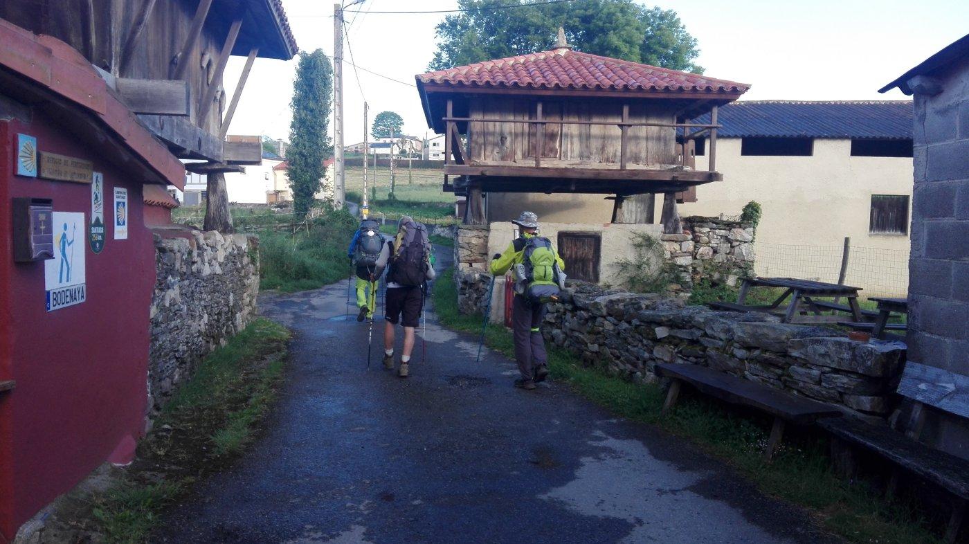 A caminar. Javi, José Antonio y Quico, tres peregrinos de Barcelona, salen del albergue de buena mañana para echar a andar.