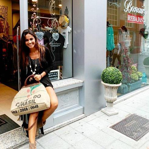 881a5d100f Lara Álvarez colgó esta foto en Instagram, en la que posa en la puerta de